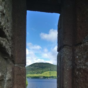 Blick durch eine Schießscharte auf Loch Ness