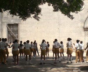 Schulkinder der Sekudarstufe spielen auf einem öffentlichen Platz in Havanna