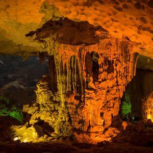 Kalksteinhöhle in der Bai Tu Long Bucht