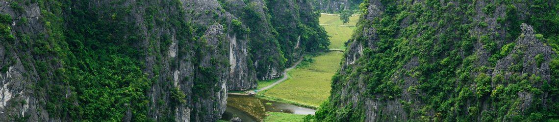 Bewachsene Kalksteinkegelberge am Fluss von Ninh Binh