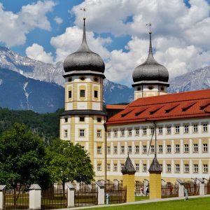 Kloster Stif Stams vor Bergkulisse