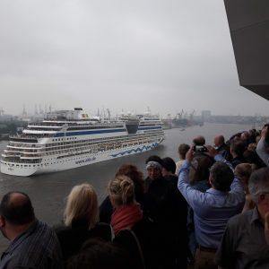 Ein Kreuzfahrtschiff fährt direkt an der Elbphilharmonie vorbei