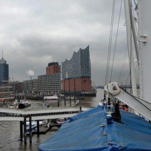 Blick von einem Segelboot aus auf die Elbphilharmonie