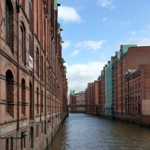 Ein Fleet in der Speicherstadt, umrahmt von stilvollen Backsteinfassaden