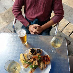 Tapas mit Bier und Weißwein