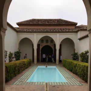 Innenhof mit Wasserbecken in der Alcazaba von Málaga. Die Ränder des Wasserbeckens sind von Kacheln und Myrthen-Hecken umrandet