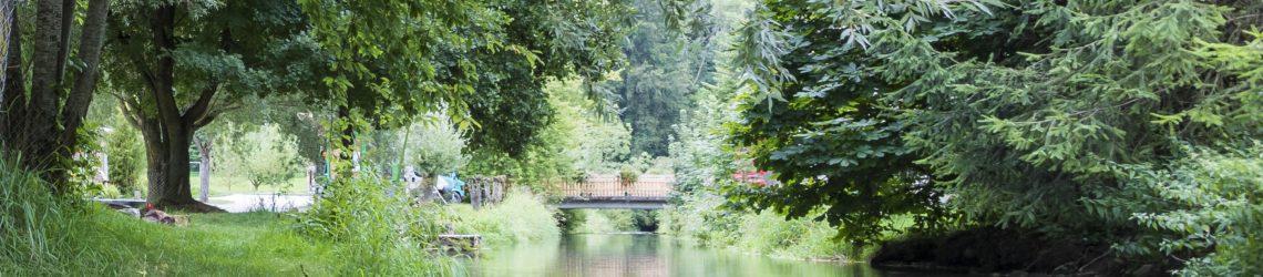 Eine Brücke führt über einen kleinen Fluss