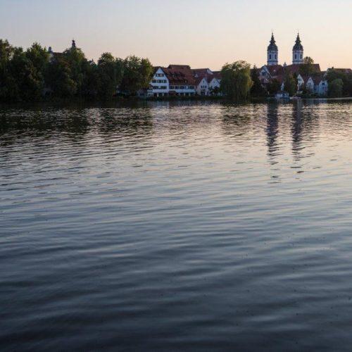 Der Stadtsee von Bad Waldsee mit den Zwillingstürmen der Hauptkirche