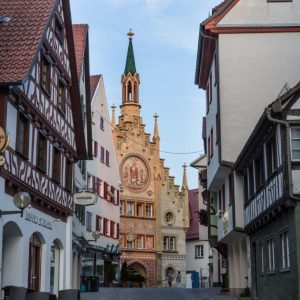Fussgängerzone von Bad Waldsee mit dem historischen Rathaus