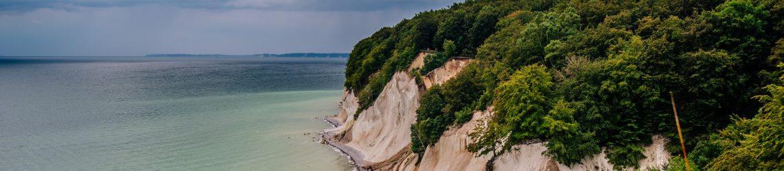 Die Kreidefelsen von Rügen. Eingerahmt von Meer und Buchenwäldern