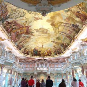 Unsere Gruppe (von hinten) im Barocksaal des Klosters Schussenried