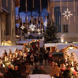 Adventsmarkt mit Weihnachtsbeleuchtung in St Wolfgang