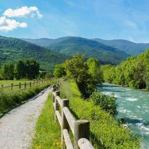 Türkis-blauer Vernedes Fluus mit Wanderweg