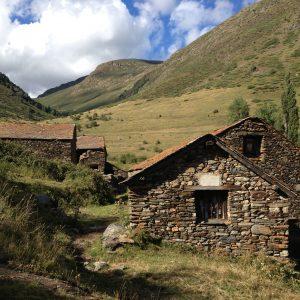 Eine Alm mit Steinhäusern im Naturpark Alt Pirineu