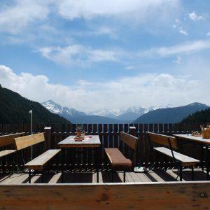 Blick über die Berge von einer Almhütte aus