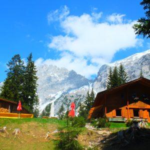 Neue Alplhütte. Almhaus vor Bergkulisse