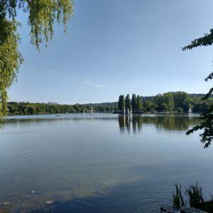 Max-Eydt-See mit Eschen an den Ufern und Segelbooten auf dem Wasser