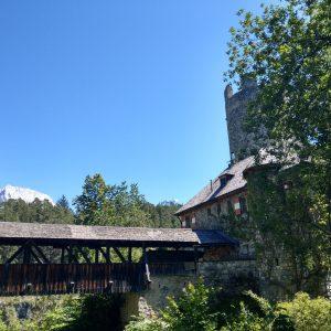 Burgraben mit Zugbrücke einer Burganlage auf dem Mieminger Plateau