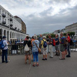 tour de sens Gruppe auf einer Brücke am Jungerfsteig