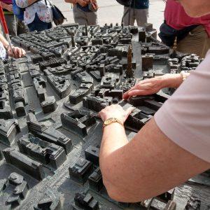 Hände ertasten das Bronzemodell der Hamburger Innenstadt
