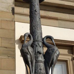 Zwei Pelikane als Dekoration eines Lampensockels