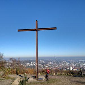 Das Gipfelkreuz des Birkenkopfs. Im Hintergrund sieht man die Stadt Stuttgart