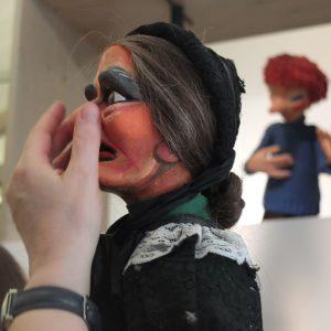 Der Kopf einer Marionette im Puppentheatermuseum wird ertastet