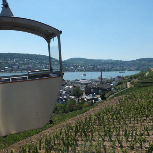 Seilbahn-Gondel am Rhein