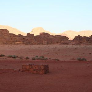 Roter Wüstensand und Siedlungsrest im Wadi Rum