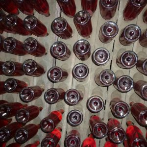 Auf dem Kopf lagernde Sektflaschen